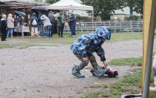 bien-etre-cheval-2020-enfant-jouant-association-les-amis-du-cheval-strasbourg