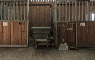 outils-nettoyage-boxes-chevaux-association-les-amis-du-cheval-strasbourg